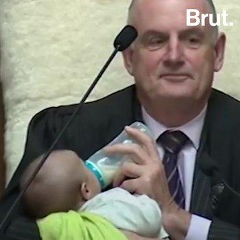 Le président néo-zélandais donne le biberon au bébé de l'un des députés